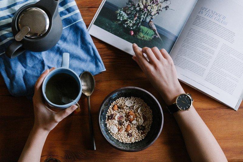 Unikanie spożywania nadmiernej liczby kalorii z dietą może zapobiegać procesom uszkadzającym komórki mózgowe, zmniejszać ilość wytwarzanych wolnych rodników, które mają szkodliwe działanie na pracę mózgu, oraz poprawiać neuroplatyczność.