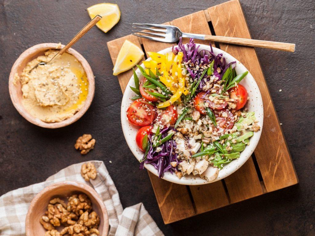 salatka-indeks-glikemiczny-hummus_easy-resize-com